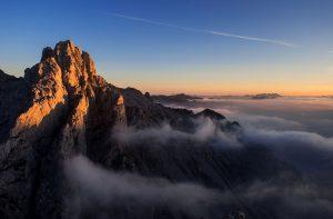 Atardecer en Picos de Europa con la Torre del Friero en primer plano.